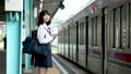 スマホを見ながら電車を待つ女子中学生  撮影協力「京王電鉄株式会社」 33092587