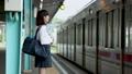 電車を待つ女子中学生 撮影協力「京王電鉄株式会社」 33092589