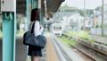 スマホを見ながら電車を待つ女子中学生  撮影協力「京王電鉄株式会社」 33092590