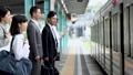 通勤電車へ乗車するサラリーマンと学生  撮影協力「京王電鉄株式会社」 33092594