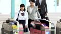 自動改札を通るサラリーマンと学生 撮影協力「京王電鉄株式会社」 33092595