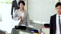 自動改札を通るサラリーマンと学生 撮影協力「京王電鉄株式会社」 33092597