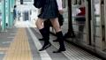 通勤電車から降りるサラリーマンと学生 撮影協力「京王電鉄株式会社」 33092600