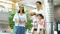 家族 旅行 空港の動画 33122149