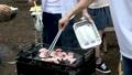 バーベキューコンロで肉を焼く(バーベキュー・アウトドア・キャンプ) 33142946