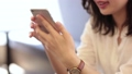 スマートフォンを使う女性 33534101
