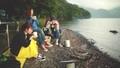 湖畔でコーヒーを飲む女性 33672178
