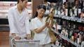 スーパー 買い物 夫婦の動画 33891595