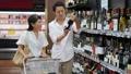 スーパー 夫婦 買い物 お酒 ワイン ライフスタイル イメージ 33891596