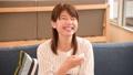 テレビで爆笑する女性ズーム 33901880