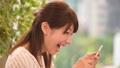 スマホで動画を見て笑う女性 33902463