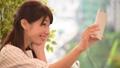 スマホで自撮りする女性 33902507