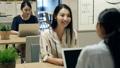 บริษัท ผู้หญิงกำลังทำงานในพื้นที่ว่าง 34462918