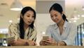 พนักงานหญิง 4 คุยกันในพื้นที่พักผ่อนสำนักงาน 34462934