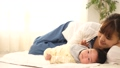 女人和寶寶一起睡覺 34816387