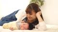 女人和寶寶一起睡覺 34816405