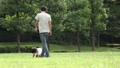 公園 芝生 人物の動画 34869764