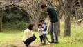 公園 人物 ファミリーの動画 34876312