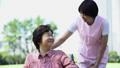 护理现场与轮椅的高级和微笑对话的助手 34959676