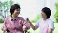 护理现场与轮椅的高级和微笑对话的助手 34959678