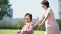 护理现场和轮椅的高级愉快地对话的助手 34970967