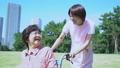 护理现场和轮椅的高级愉快地对话的助手 34970969