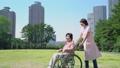 护理现场和轮椅的高级愉快地对话的助手 34970970