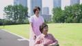 护理场景高级轮椅和助手走路 34971517