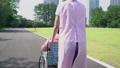 간호 장면 휠체어를 탄 노인과 산책 도우미 씨의 뒷모습 34971655