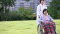 推挤轮椅的医疗场面资深医生 34972448