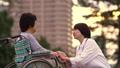 의료 현장 휠체어 노인에 무릎을 거는 의사 34973351