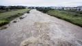 台風で増水した川 35238624