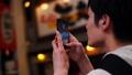 一个人独自旅行在市中心区域,同时用智能手机拍照 35289401