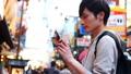 大阪观光一名男子独自旅行时用智能手机拍照 35384927