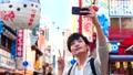 大阪观光人独自旅行采取与智能手机的selfie 35384930