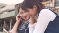 スマホで音楽を聴く女子高生 35387511