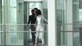 外国人 ビジネス エレベーターの動画 35438101