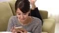 女性 ソファー リビングの動画 35591800