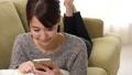 女性 ソファー リビングの動画 35591805