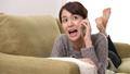 女性 寝そべる ソファーの動画 35592835