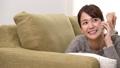 女性 寝そべる ソファーの動画 35592836