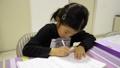 勉強をする女の子 一年生 6歳 女性 子供 低学年 宿題 ノート 学習 教育 学力 35612840