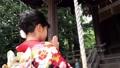 振袖で神社にお参りをする女性 後ろ姿 35625051