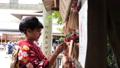 神社で絵馬を奉納する着物姿の女性 35625052