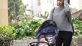 女性 母親 ベビーカーの動画 35666366