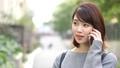 女性 屋外 スマホの動画 35699748