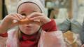子供 ドーナツ 食事をするの動画 36102372