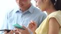ชายและหญิงใช้สมาร์ทโฟน 36145485