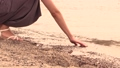 海に触れる女性の手 36163694