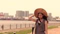 海辺を歩く女性(帽子) 36163695